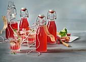 Selbstgemachter Rhabarbersirup in Bügelflaschen und Gläsern