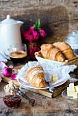 Croissants mit Marmelade und Butter zum Frühstück