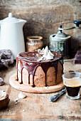 Schokoladencremetorte mit Ganache und Baiser