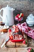 Baiserroulade mit Erdbeeren und Schokoladenglasur