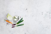 Möhre, Spitzkohl, Gurke und Frühlingszwiebel