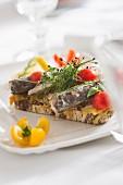 Belegtes Brot mit Sardinen und Kirschtomaten
