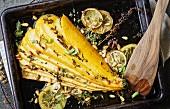 Gelbe Zucchini mit Kräutern aus dem Ofen