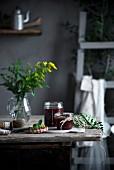 Hausgemachte Marmelade in Gläsern auf Holztisch in Landhausküche