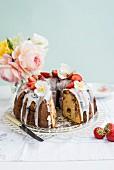 Bundt Cake mit Erdbeeren und Zitronenglasur, angeschnitten