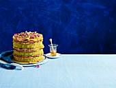 Pistazien-Baklava-Torte dekoriert mit Rosenblüten und Rosenblättern