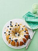 Zitronen-Mohn-Kranzkuchen mit Zitronenglasur und Heidelbeeren