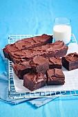 Himbeer-Haselnuss-Brownies auf Abkühlgitter