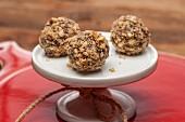 Schokoladentrüffeln mit gehackten Nüssen