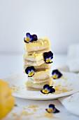 Zitronenschnitten mit Hornveilchen, gestapelt