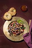 Gegrillter Auberginensalat mit Granatapfelkernen, Walnüssen und Minze