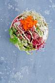 Poke Bowl mit Thunfisch, Sushireis, Tobiko, Radieschen, Gurke und Sprossen