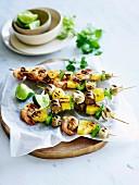 Gegrillte Garnelenspiesse mit Ananas, Paprika und Pilzen