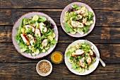 Blattsalat mit Backhähnchen und Gurke