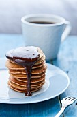 Ein Stapel Pancakes mit Schokoladensauce