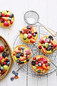 Tarts with pistachio cream and Amaretto berries