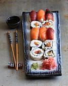 Verschiedene Sushi mit Wasabi, Ingwer und Sojasauce