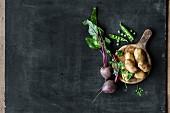 Rote Bete, Kartoffeln und frische Erbsen