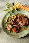 Möhrengemüse mit Ahornsämlingen zu Rindfleisch