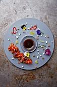 Lachs-Sashimi dekorativ auf Teller arrangiert (Japan)