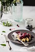 Waffel mit Beeren und Joghurt zum Frühstück