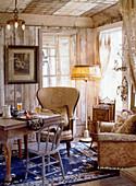 Esszimmer mit alten Möbeln und abgenutzten Wänden