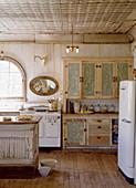 Küche im Shabby Chic mit altem Buffetschrank und Retrokühlschrank