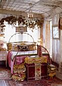 Romantisches Schlafzimmer mit morbidem Charme