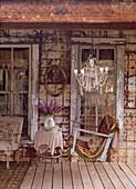 Schaukelbank auf der Veranda eines alten Hauses mit morbidem Charme