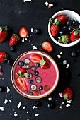 Smoothie Bowl aus Beeren mit Erdbeer-Blaubeer-Topping