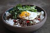 Reis mit Hackfleisch, Spiegelei und Koriandergrün