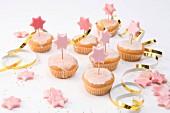 Muffins mit rosa Zuckerglasur und Marzipansternen