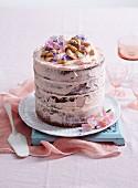Geschichteter Karamell Mud Cake mit Buttercremefüllung zum Muttertag