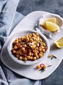 Knusprig gebratene Kichererbsen mit Zitrone, Rosmarin und Parmesan