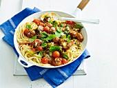 Fleischbällchen mit Käsefüllung auf Spaghetti