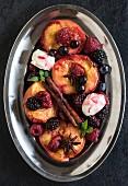 Gegrillte Pfirsiche und Beeren mit Mascarponecreme