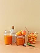 BBQ-Sauce mit Pfirsichen, Chutney mit Aprikosen und Salsa mit Nektarinen