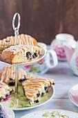 Heidelbeer-Scones auf Etagere zur Teatime