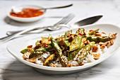 Grüner, roh gebratener Spargel in süß-scharfer Soße mit Cashews auf Basmatireis mit Wildreis