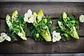 Vollkornbrotscheiben mit Avocado, Edamame und Kresse