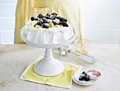 Einfache Pavlova mit Bananen und Brombeeren