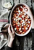 Auflauf mit Tomaten, weissen Bohnen, Feta und Pesto zubereiten