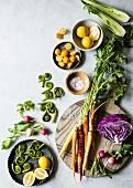 Stillleben mit frischem Gemüse, Früchten und Fiddleheads (Aufsicht)