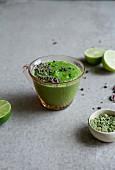 Grüner Smoothie mit Matchapulver und Kakaonibs