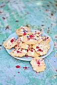 Kekse mit weisser Schokolade und getrockneten Himbeeren