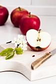 Rote Äpfel, ganz und halbiert