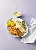 Hähnchenschnitzel mit Spargel, Hollandaise und Petersilienkartoffeln