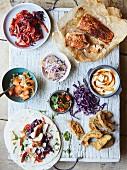 Tacos mit Fisch, eingelegtem Gemüse, Paprika, Coleslaw, Joghurt und Avocado