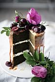 Matcha-Kuchen mit Karamellsauce und Kirschen