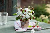 Kleiner Strauß aus Lychnis coronaria 'Alba' (Vexiernelke) und Fragaria vesca (Erdbeeren)